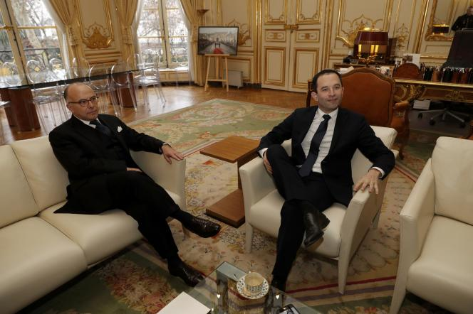 Bernard Cazeneuve, premier ministre, et Benoît Hamon, à Matignon, lundi 30 janvier.
