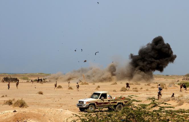 Une mine explose alors que des forces loyalistes yéménites patrouillent une zone près de la ville portuaire de Mocha, dans la mer Rouge, le 20 janvier.