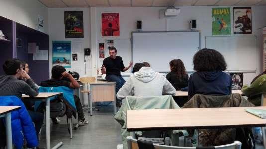 Le photojournaliste Michaël Zumstein intervient devant la classe de troisième D du collège Aimé Césaire à Paris.