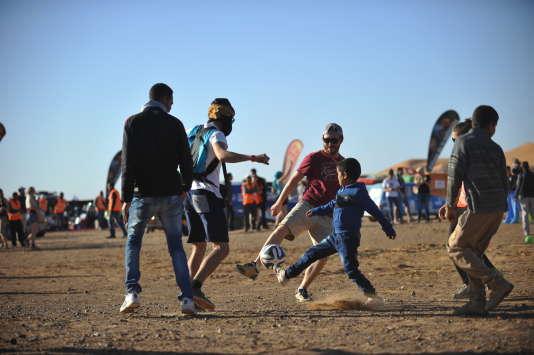 Edition 2016, Sud-Est marocain : après les dunes et avant la distribution de fournitures, détente avec les plus jeunes.