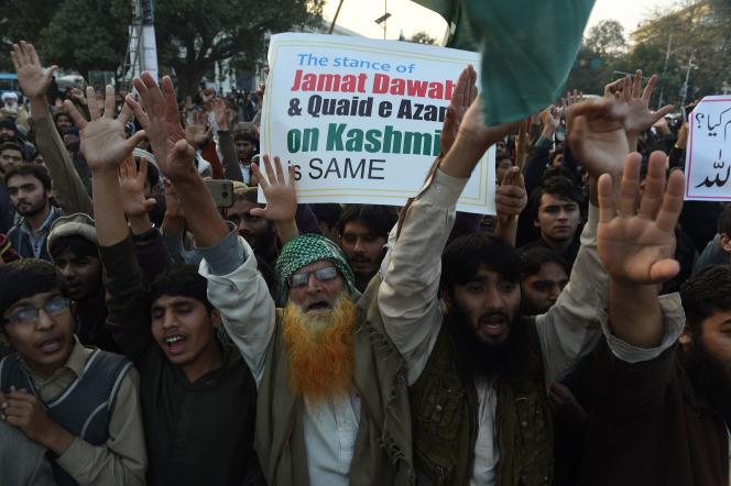 Des partisans du Jamaat-ud-Dawa manifestent contre le placement en résidence surveillée deHafiz Saeed, à Lahore, le 31 janvier.