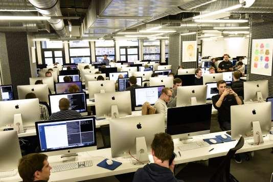 L'école 42, qui forme aux métiers du numérique, est située dans le 17e arrondissement de Paris.. Elle s'attache à recruter les étudiants sans condition de diplôme.