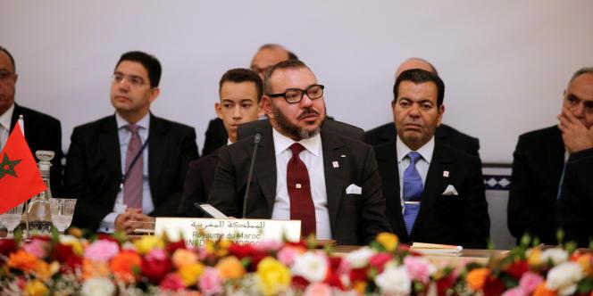 Mohammed VI lors de la COP22, à Marrakech, en novembre 2016. Derrière lui à gauche, Nasser Bourita, ministre délégué aux affaires étrangères, l'un des artisans de la diplomatie africaine du Maroc.