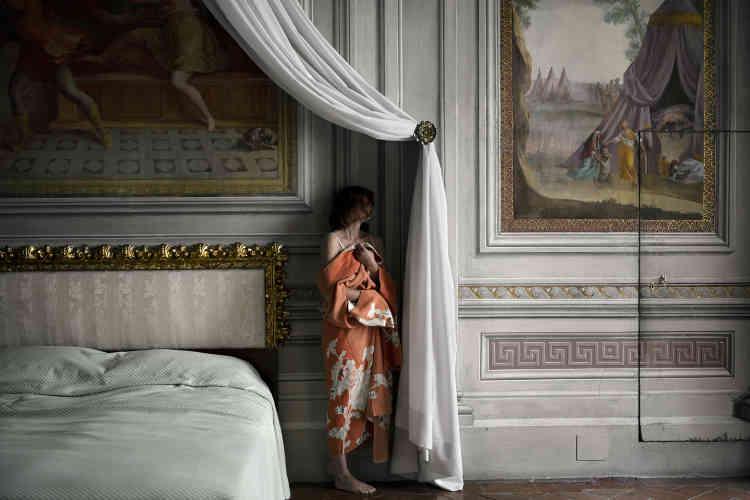 """«""""The Bedroom"""" a été photographiée dans un appartement à Florence. La plupart des tirages de cette série ont été réalisés en Italie, dans des décors riches contrastant avec la personnalité morne de mon actrice. Les costumes raffinés et les intérieurs luxuriants créent l'illusion: sans ces artifices, elle disparaît aussitôt.»"""