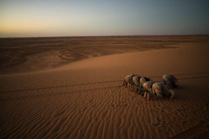 Dans le désert mauritanien, le 9 décembre 2016. Des hommes patrouillant le long de la frontière malienne s'arrêtent pour prier.
