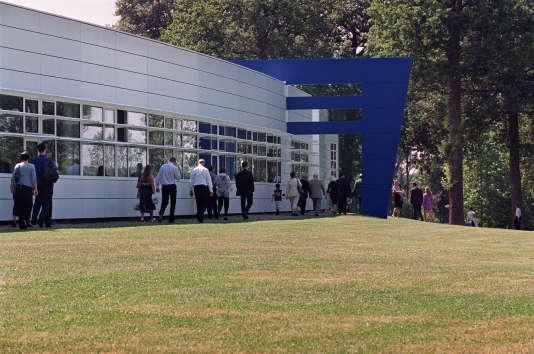 Des étudiants et leurs proches se déplacent, le 16 juin 2003, sur le campus de l'école des Hautes Etudes Commerciales (HEC) à Jouy en Josas.