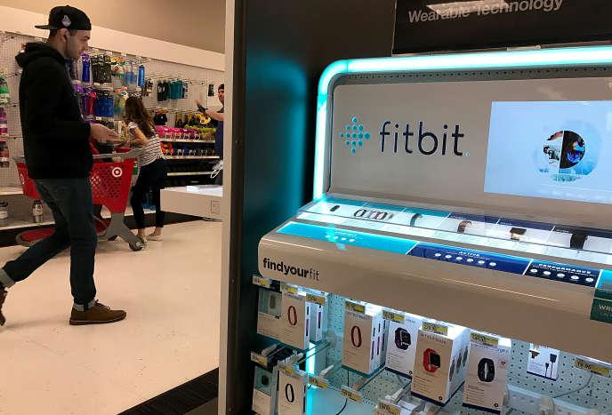 Stand Fitbit dans un magasin à Los Angeles (Californie), en janvier 2017. Pour faire face à l'essoufflement de leur marché, les dirigeants de la société entendent réduire de 200millions de dollars les coûts opérationnels annuels.