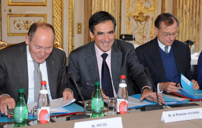 François Fillon, avec à sa gauche René Ricol, ancien commissaire général à l'investissement et fondateur du cabinet Ricol Lasteyrie Corporate Finance, leader de l'évaluation financière et du conseil aux entreprises.