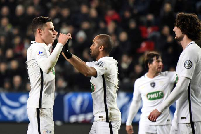 Julian Draxler (à gauche) du PSG après son but, le 1er février contre Rennes.