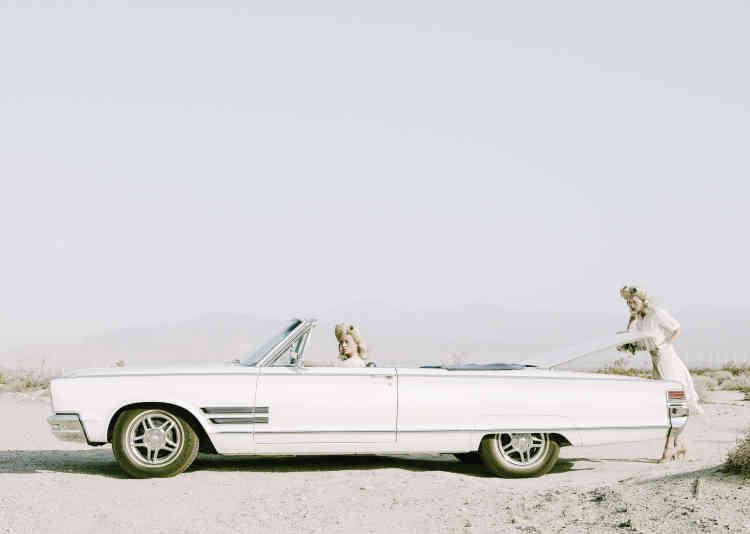 """« """"The Trunk"""" dépeint mon personnage Darlene, dans une Chrysler, arrêtée au cœur du Palm Desert, en Californie, en 1969. La série suit et retrace les changements d'humeur du personnage, tantôt en paix, tantôt en guerre avec lui-même.»"""