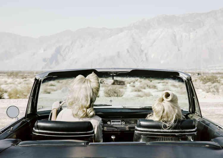 """«""""The Chrysler""""est l'image finale de la série. On y voit Darlene et son double repartir ensemble dans leur Chrysler, après leur long périple en Californie. Le panel des émotions dépeintes dans la série contraste avec le cadre désertique.»"""