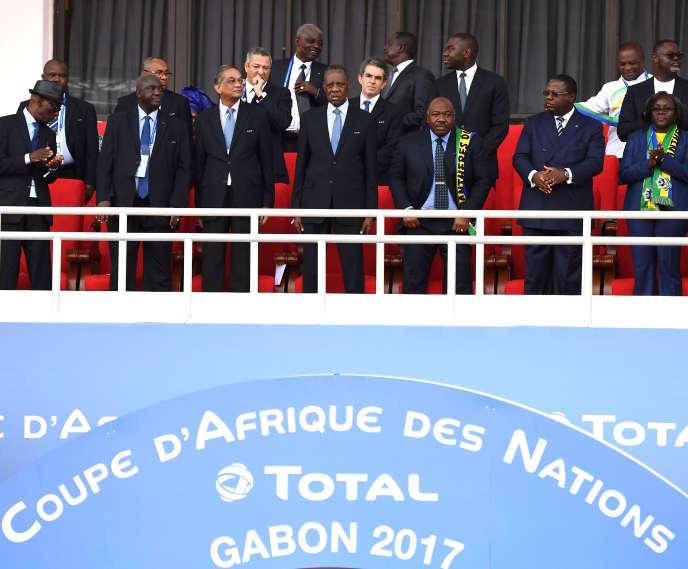 Issa Hayatou assiste, le 18 janvier à Libreville (Gabon), au match de groupe A de la Coupe d'Afrique des nations entre le Gabon et le Burkina Faso. A son côté, le président gabonais Ali Bongo Ondimba arbore une écharpe aux couleurs de son pays.