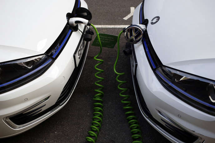 Des voitures Volkswagen électriques branchées sur un point de recharge à Londres, en janvier.