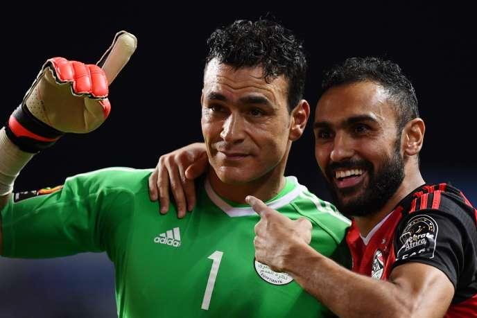 Le gardien vétéran de l'Egypte, Essam El Hadary, en vert, après avoir sauvé son équipe et qualifié son pays pour la finale de la CAN 2017.