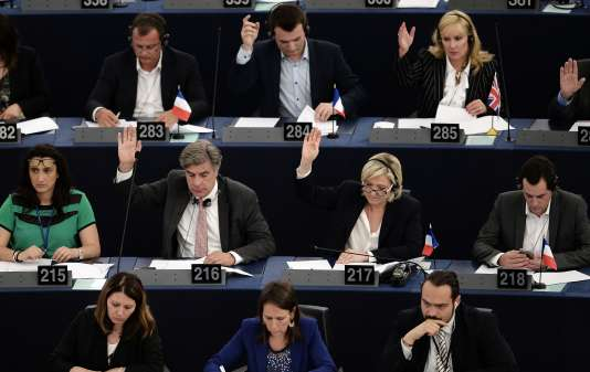 La candidate à l'élection présidentielle française nie tout abus et a dénoncé un «combat politique » du Parlement contre son parti, le Front national, alors que d'autres litiges sont déjà en cours pour d'autres élus européens du FN, dont Jean-Marie Le Pen et Bruno Gollnisch.