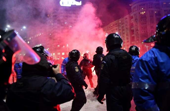 Des émeutes entre la police et les manifestants à Bucarest, le 1er février.