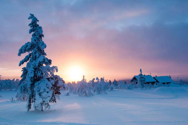 A Saariselkä, on peut skier en pleine nuit.