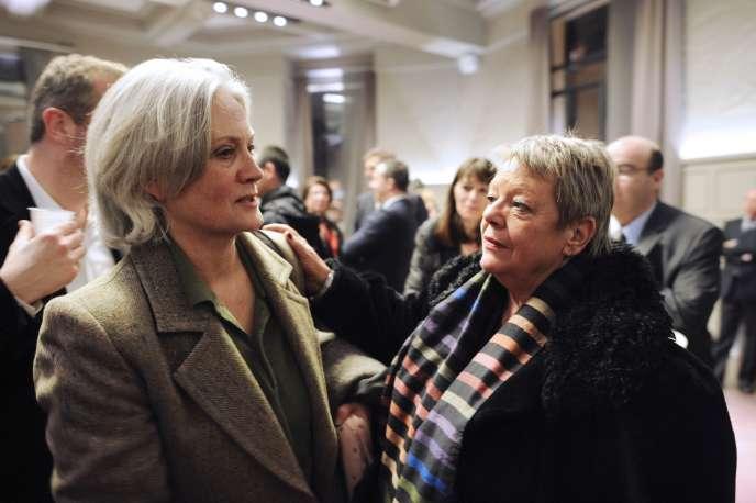 Penelope Fillon en compagnie de Sylvie Fourmont, la secrétaire personnelle de François Fillon, à Paris en février 2013.