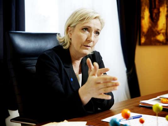 Marine Le Pen propose un renforcement à la fois des effectifs des forces de l'ordre et de leurs moyens.
