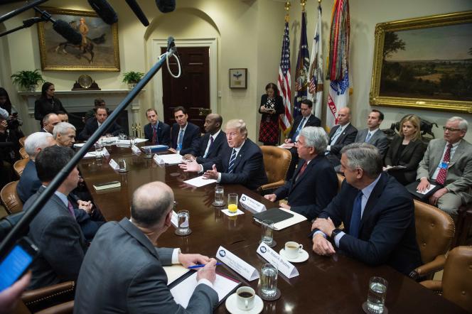 Donald Trump a reçu les dirigeants des principaux groupes pharmaceutiques mondiaux et du lobby américain de cette industrie, PhRMA, à la Maison Blanche mle 31janvier.