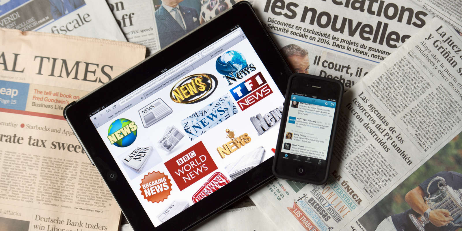 TO GO WITH AFP STORY BY TUPAC POINTU A picture taken on September 12, 2013 in Paris shows a tablet and a smartphone connected on news websites and world newspapers. AFP PHOTO / LIONEL BONAVENTURE / AFP PHOTO / LIONEL BONAVENTURE