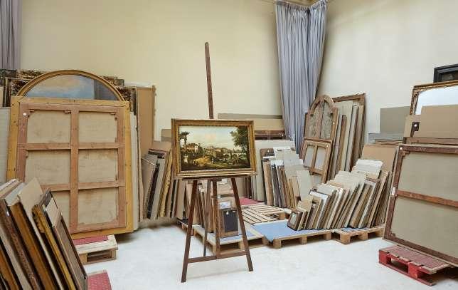 Pour l'agence Les visites particulières, Eric Turquin montre exceptionnellement sa salle de stockage de tableaux à expertiser.
