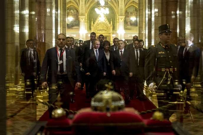 Le président russe, Vladimir Poutine, et le premier ministre hongrois, Viktor Orban, au Parlement, à Budapest, le 2 février.
