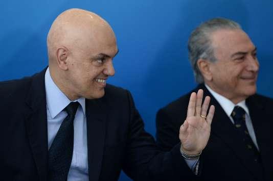 Alexandre de Moraes (à gauche) avec le présidentMichel Temer, à Brasilia le 3 février.