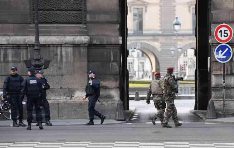 Un homme muni de deux machettes s'est attaqué à une patrouille sur le site du Louvre, en se jetant sur un soldat et en criant « Allah akbar ». Il a blessé l'un des militaires aux avant-bras.