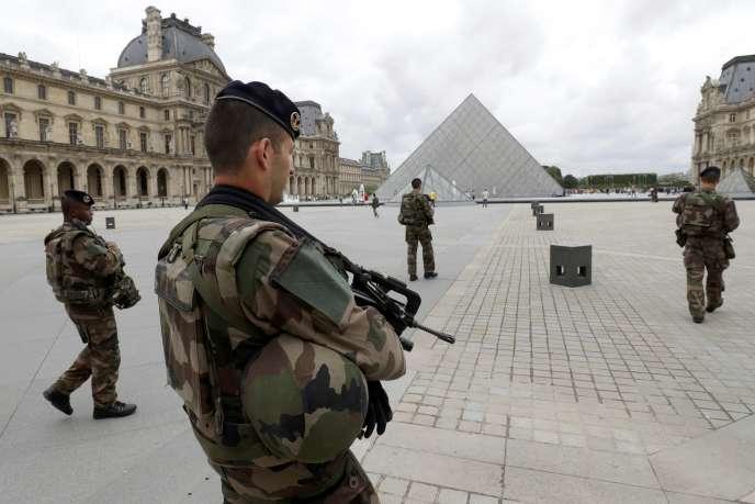Des soldats français au Louvre, le 13 juin 2016.