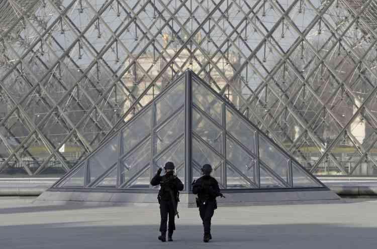 Devant la pyramide du Louvre, le 3 février.