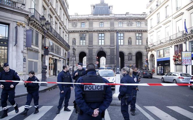 La zone du Louvre est bloquée par les forces de sécurité. Les stations de métro Palais-Royal et Musée-du-Louvre sont fermées au public sur la ligne 7.
