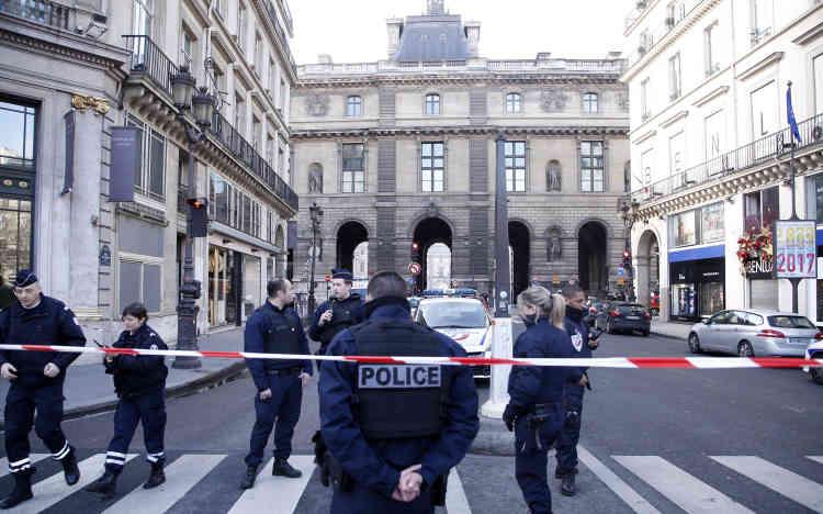 Depuis le milieu de la matinée,la zone du Louvre est bloquée par les forces de sécurité.