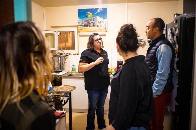 Dans la cuisine de Samira, on parle déjà de ce qu'on pourrait changer et améliorer dans l'épicerie du village, qu'elle compte reprendre.