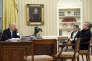 Donald Trump dans le bureau Ovale, avec Michael Flynn, alors conseiller à la sécurité nationale, et Steve Bannon, conseiller, le 28 janvier. Au mur, un portrait d'Andrew Jackson.