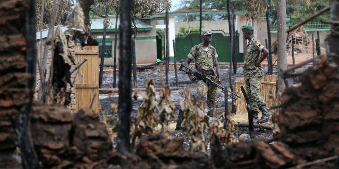 Des soldats de l'armée ougandaise gardent le palais du roi duRwenzururu, le 1erdécembre 2016, après des affrontements avec la garde royale.
