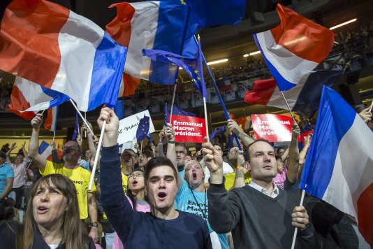 Des supporteurs du mouvement En marche ! acclament Emmanuel Macron lors de son meeting au Palais des sports de Lyon, le 4 février.