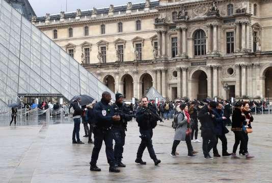 Cet Egyptien de 29 ans s'est vu notifier sa mise en examen par un juge antiterroriste à l'hôpital européen Georges-Pompidou à Paris, où il est soigné.