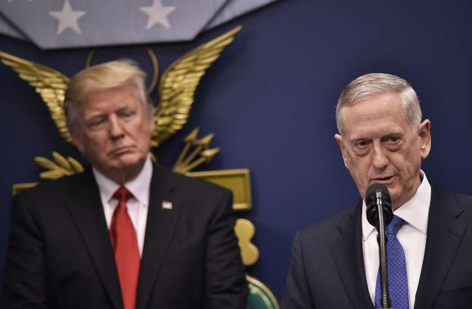 Donald Trump et son secrétaire à la défense, James Mattis, lors de l'investiture de celui-ci, à Washington, le 27 janvier.