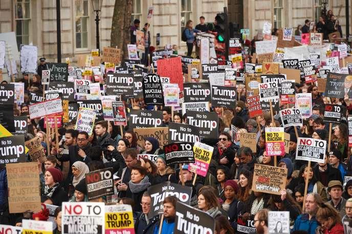 Des manifestants contre le décret anti-immigration pris par Donald Trump, à Londres, le 4 février.