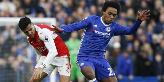 Le Brésilien de Chelsea, Willian (à droite), prend le dessus sur l'attaquant d'Arsenal, samedi 4 février.