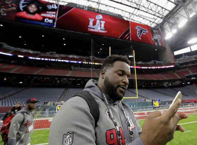 Tyson Jackson, un joueur des Atlanta Falcons, dans le stade qui va accueillir le Super Bowl, à Houston.