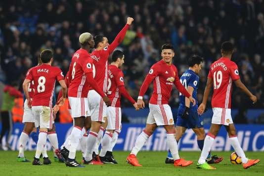 Zlatan Ibrahimovic célèbre son but avec ses coéquipiers de Manchester United, dimanche 5 février.