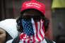 « Depuis que Donald Trump a évoqué la possibilité de taxer à 20 % les produits importés du Mexique pour financer le mur qu'il veut ériger à la frontière, les actionnaires du géant de la boisson Constellation Brands ne lèvent pas leur bouteille au président». (Photo : Un partisan du nouveau président américain lors d'une manifestation de soutien près de la Trump Tower, à New York, le dimanche 5 février).