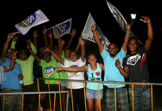Des partisans de l'Alliance démocratique seychelloise célèbrent la victoire de leur parti aux législatives, le 11 septembre 2016.