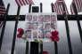 Autel improvisé en hommage aux trente-cinq victimes du 2 decembre 2015, près du lieu de la fusillade à San Bernardino (Californie), le 18 novembre 2016.