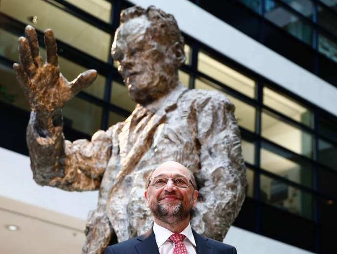 Martin Schulz devant une statue de Willy Brandt, chancelier social-démocrate entre 1969 et 1974, au siège du SPD, à Berlin,le 30 janvier.