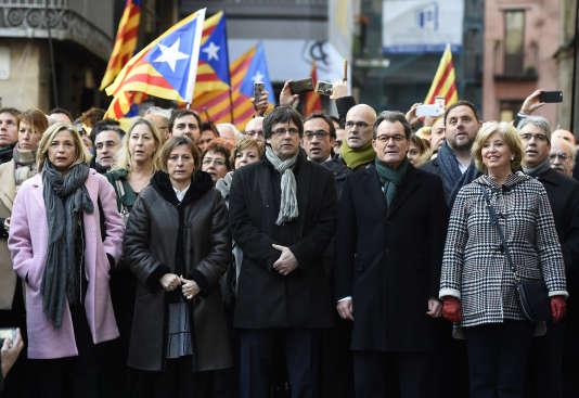 Artur Mas, avec à sa droite ses deux co-accusées Joana Ortega et Irene Rigau, en chemin vers le tribunal, à Barcelone, le 6 février.
