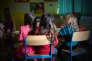 L'école élémentaire Fransico Ferrer accueille les enfants du camp de la Linière les après-midi et les vacances scolaires. Les enfants sont répartis dans les différentes classes suivant leur âge. Ce jour là, quatre enfants sont accueillis en grande section de maternelle. Les retrouvailles sont joyeuses et l'entraide est bien là. Quelques mots d'anglais fusent entre les élèes.