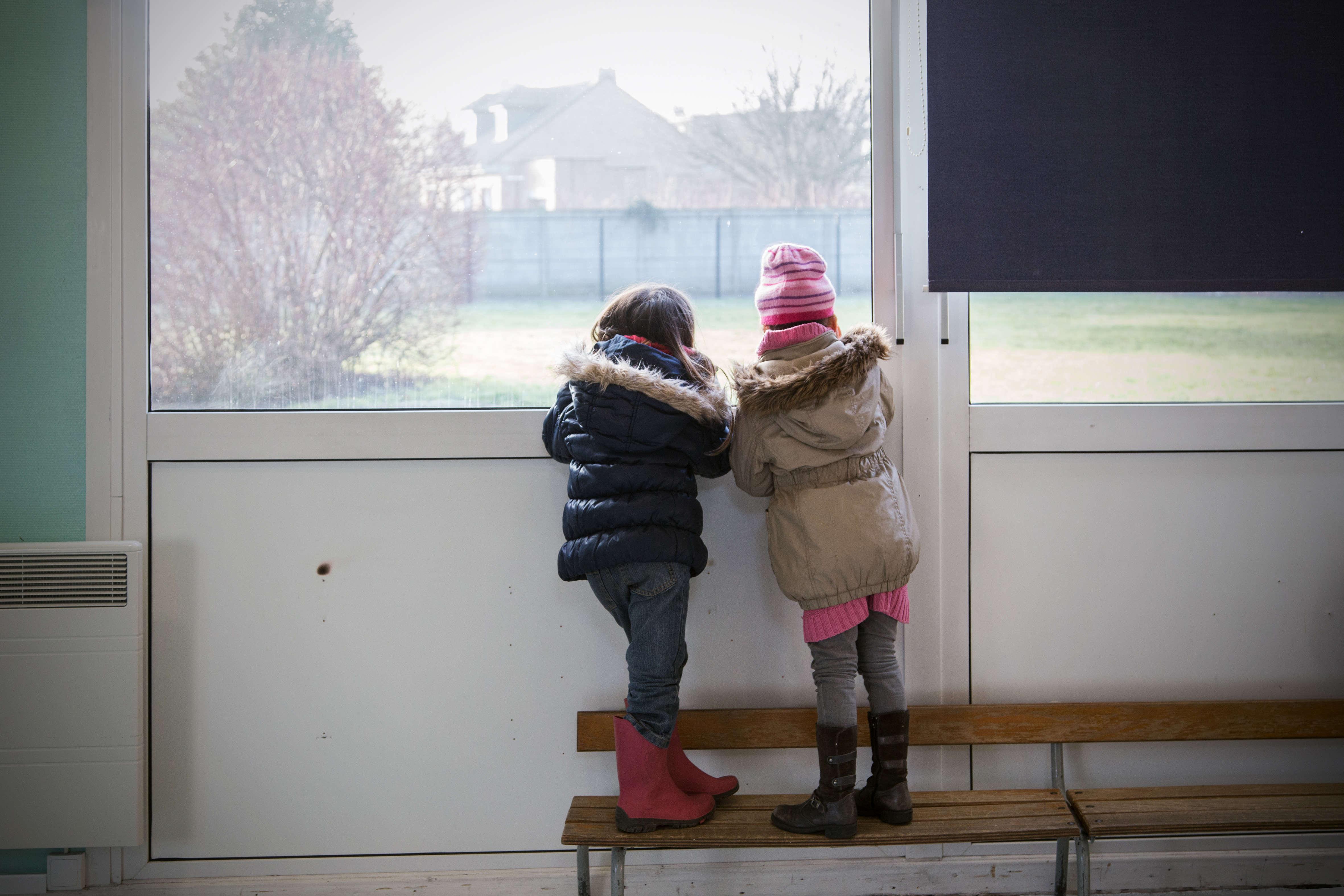 L'école Francisco-Ferrer accueille à la fois des enfants de Grande-Synthe (ici sur la photo) et des enfants du camp de la Linière, ainsi nommé à cause d'une ancienne usine de triage de lin qui lui fait face.